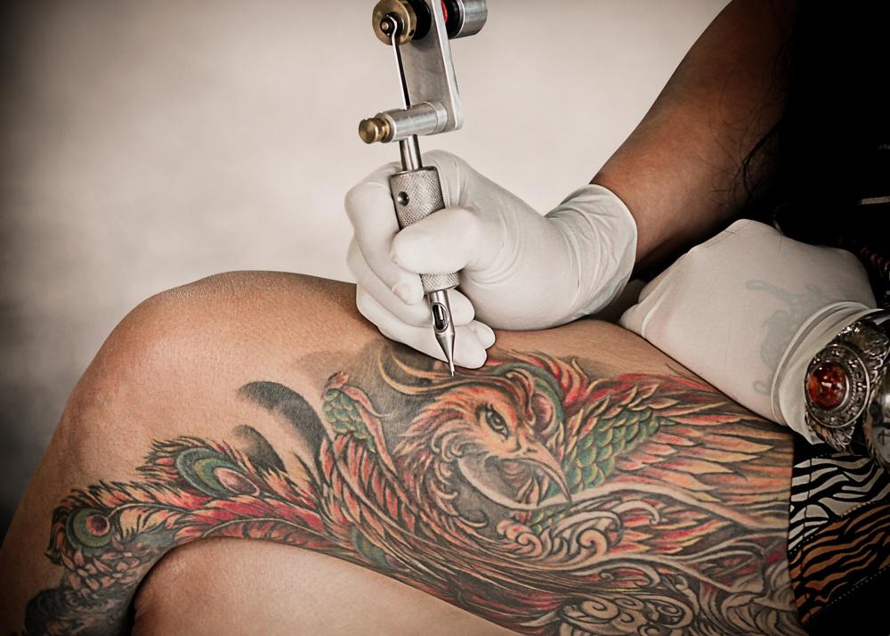 sonhar com tatuagem na perna