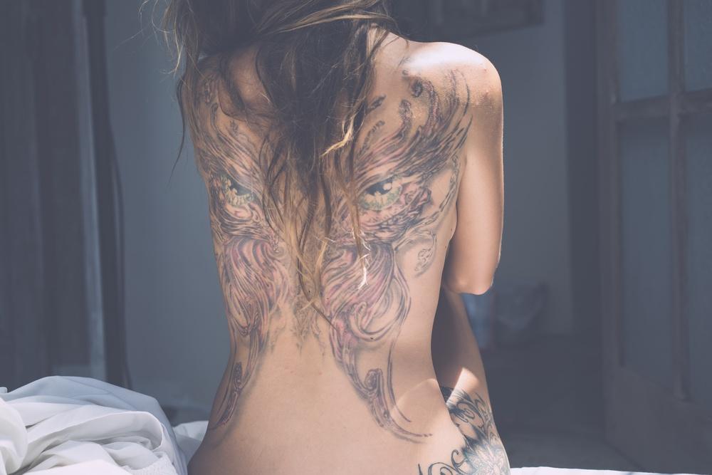 sonhar com tatuagem nas costas